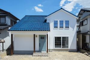 青い屋根の北欧スタイルの家